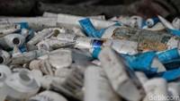 Bagi sebagian orang, sampah plastik memiliki nilai ekonomis untuk menghidupi kebutuhan sehari-hari. Persoalan mengenai sampah plastik pun membuat sebuah pabrik di kawasan Cengkareng, Jakarta Barat, beroperasi untuk mengolah limbah tersebut agar dapat dimanfaatkan kembali.