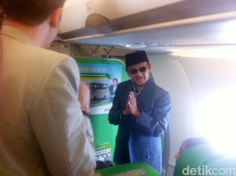 BJ Habibie merayakan ulang tahun ke-80 di pesawat. Ternyata itu adalah kali pertama dirinya merayakan ulang tahun di atas pesawat terbang.