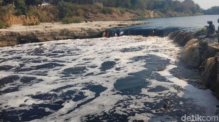 Aliran sungai Bengawan Solo yang melintasi Kecamatan Cepu, Blora tercemar. Foto: Arif Syaefudin/detikcom