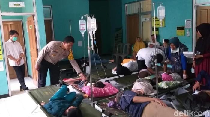 Warga yang keracunan makanan menjalani penanganan medis. (Syahdan Alamsyah/detikcom)