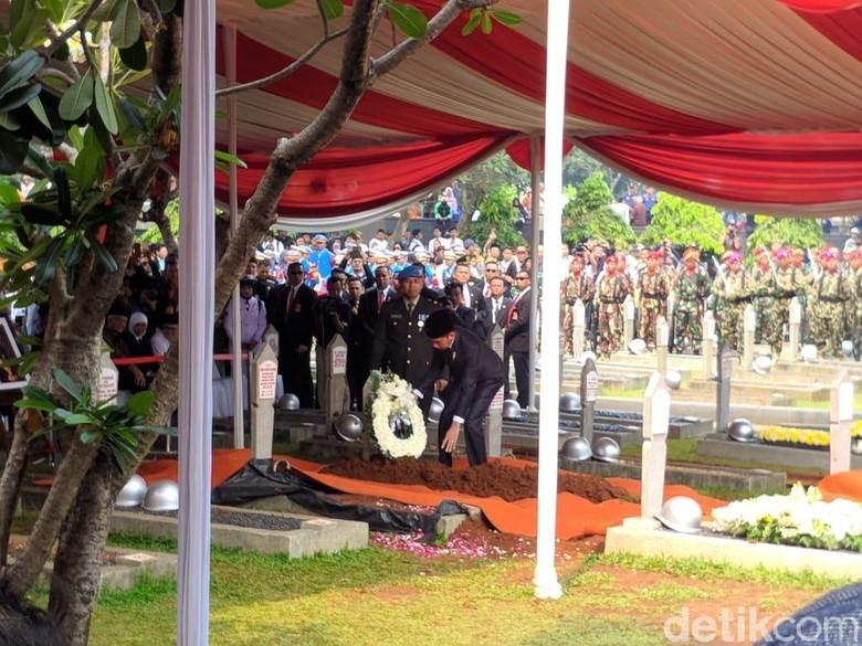 Foto: Jokowi di pemakaman BJ Habibie (Jefrie Nandy Satria/detikcom)