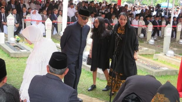 Thareq Habibie saat pemakaman BJ Habibie /