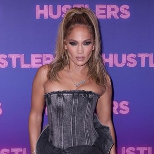 Di Usia 50, Jennifer Lopez Jadi Wajah Baru Coach