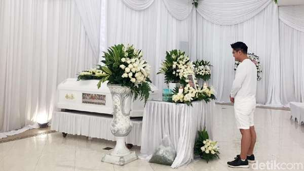 Boy William Serba Putih di Rumah Duka Raymond Hartanto