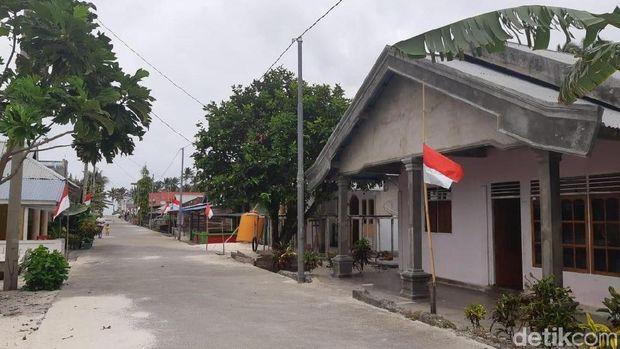 Bendera setengah tiang di depan rumah warga di Miangas