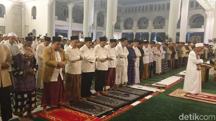 Gubernur Khofifah Indar Parawansa salat gaib untuk almarhum Presiden ketiga RI, BJ Habibie di Masjid Al Akbar Surabaya. Usai salat gaib, Khofifah kemudian mengenang bagaimana sosok Habibie.