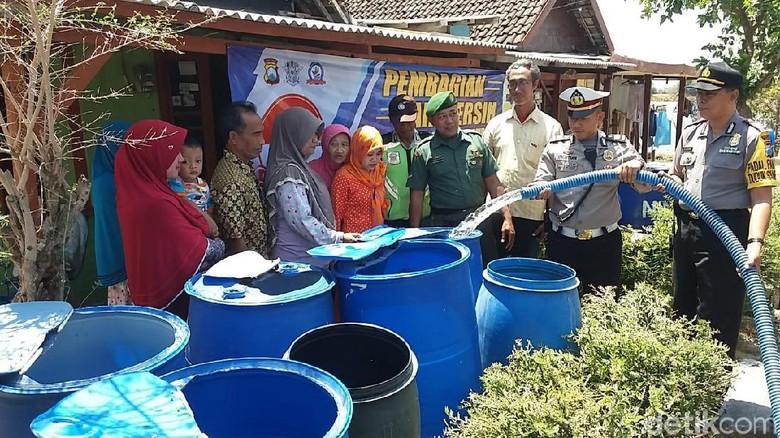 Polisi Dropping Air Bersih ke Desa Terdampak Kekeringan di Gresik