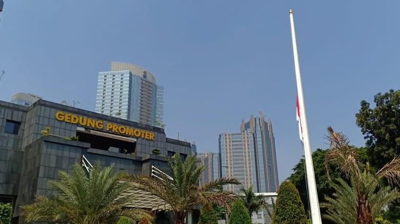Pengibaran Bendera Setengah Tiang di Polda Metro untuk Hormati Habibie
