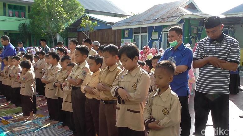 Siswa-siswa dan Guru di Gorontalo Salat Gaib untuk BJ Habibie