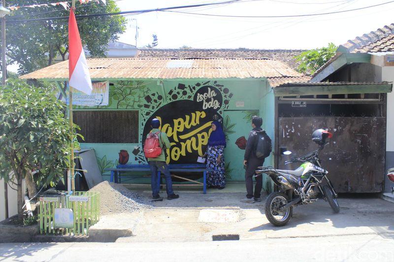 Sebabnya, sejak tahun 1980-an, Presiden ke-3 Republik Indonesia itu tinggal di Bandung dan telah memberikan kontribusi besar terhadap warga di sekitarnya (Yudha Maulana/detikcom)