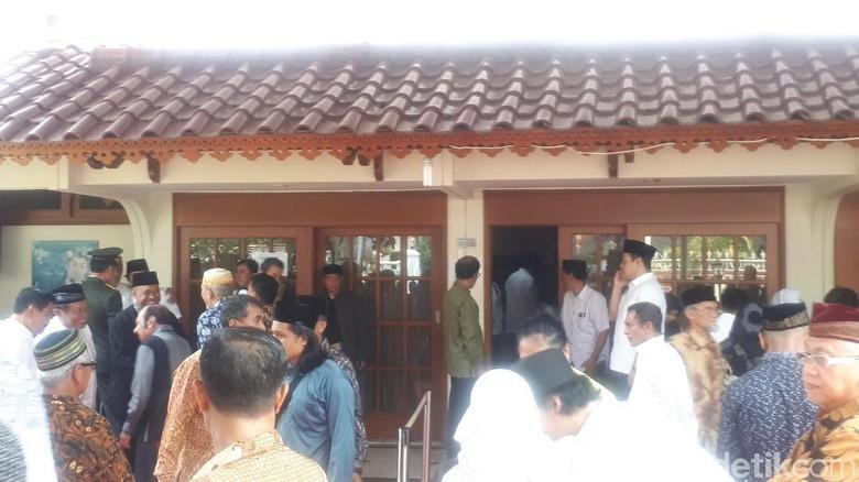 Pelayat Berdoa dan Lantunkan Surat Yasin di Rumah Duka BJ Habibie