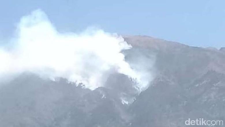 Asap Tebal Membubung dari Kebakaran di Lereng Gunung Merbabu