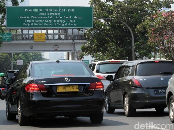 Tiga ruas jalan protokol di Jakarta dibebaskan dari ganjil genap pagi ini. Hal itu dilakukan untuk memudahkan masyarakat yang hendak melayat Almarhum BJ Habibie