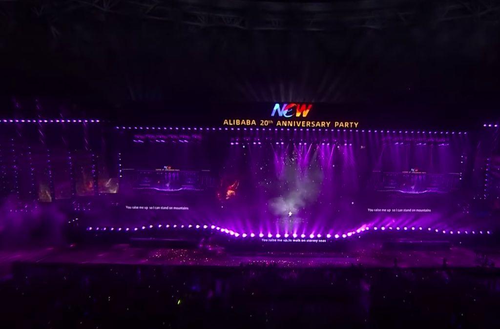 Alibaba mengadakan event khusus perpisahan Jack Ma sekaligus memperingati 20 tahun perusahaan yang dihadiri ribuan karyawan di stadion yang berlokasi di Hangzhou, tempat markas besar mereka sekaligus kota di mana Alibaba dilahirkan pada tahun 1999. Foto: YouTube