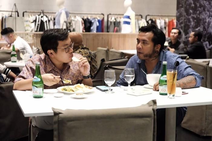 Bersama Erix Soekamti, Zaky sedang makan malam bersama. Keduanya berbincang soal inisiatif mulia Erix mendirikan Does University yang mengembangkan banyak talenta di bidang animasi. Foto: Instagram achmadzaky