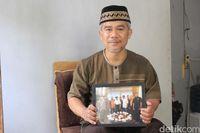 Sutiana memegang foto bersama mendiang BJ Habibie (Yudha Maulana/detikcom)