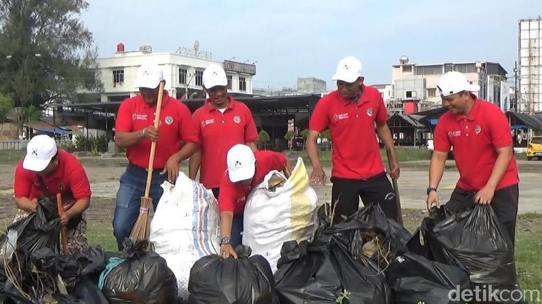 Aksi Bersih Pantai Petguas KSOP Lhokseumawe (Datuk Haris Molana/detikcom)