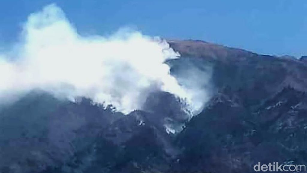 Penampakan Kepulan Asap Kebakaran di Lereng Gunung Merbabu