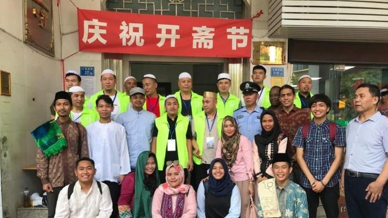 Terharu Bisa Yasinan di Makam, Kisah Muslim Indonesia Ibadah di China