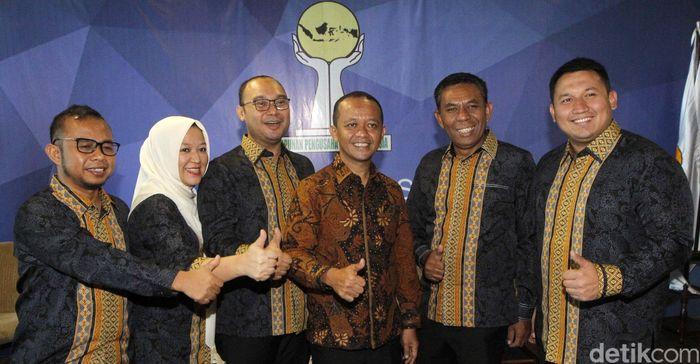 Ketum HIPMI 2015-2018 Bahlil Lahadalia (tengah), Sekretaris OC - Organizing Committe Yuke Yurike (kiri), Ketua Steering committe Anggawira (kedua kiri), Ketua OC - Organizing Committe Umar Lessy (kedua kanan), Wakil Ketua OC Irvan Nugroho Wicaksono (kanan) mengacungkan jempol saat memberikan keterangan pers di kantor BPP HIPMI, Jakarta, Kamis (13/9).