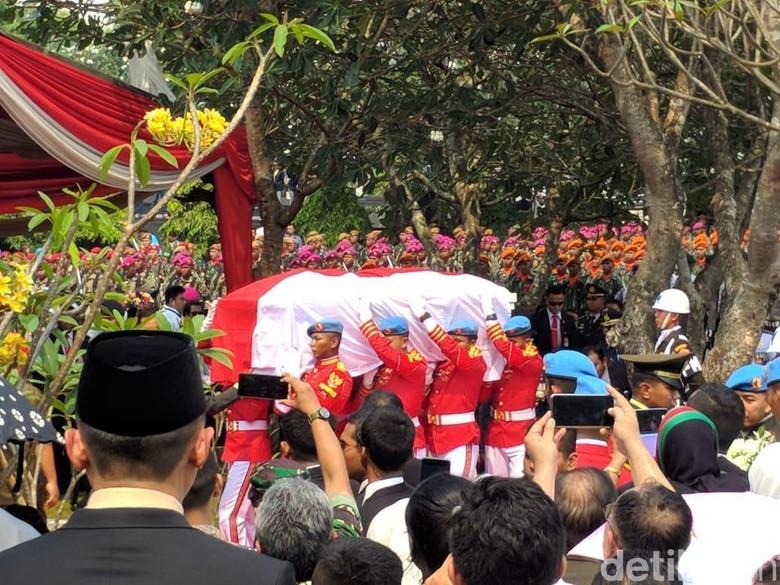 Dipimpin Jokowi, BJ Habibie Dimakamkan Secara Militer di TMP Kalibata