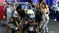 Berbagai atraksi ditampilkan produsen mobil, termasuk menampilkan para penari seperti di booth Wuling.