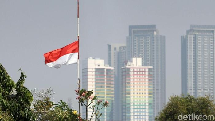 Bendera Merah-Putih setengah tiang berkibar di sejumlah kawasan di Ibu Kota Jakarta. Hal itu dilakukan untuk memberi penghormatan terakhir pada BJ Habibie.