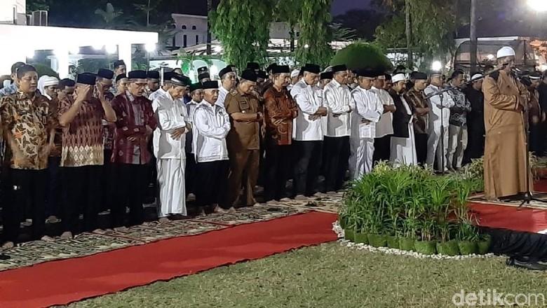 Gubernur Sulsel Bersama Warga Salat Gaib dan Zikir Bersama untuk Habibie