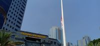 Bendera setengah tiang berkibar di Polda Metro Jaya.