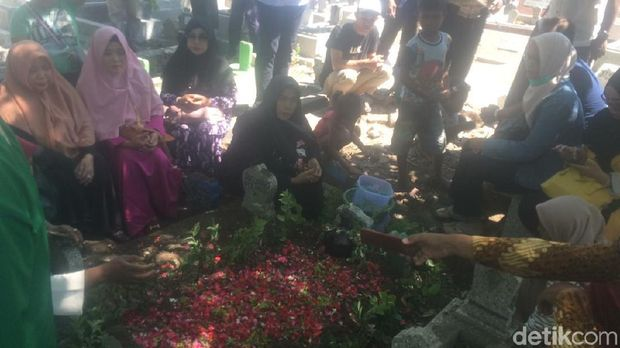 Pemakaman Ida Laila di TPU Kapas Krampung/