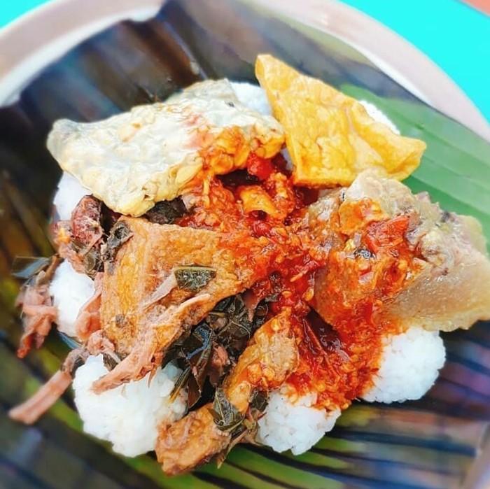Nasi penggel merupakan racikan nasi khas Kebumen yang dinikmati saat sarapam. Disiram sayur lodeh dengan aneka sayuran dan ditambah aneka jeroan sapi. Foto : Instagram @infokulinerkebumen