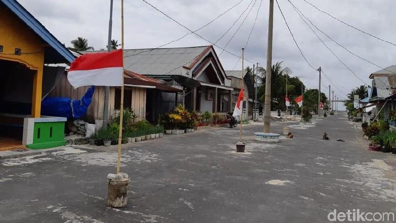 Bendera setengah tiang berkibar di Miangas (Melisa Bonauli/detikcom)