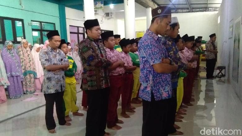 Siswa dan Guru di Lamongan Salat Gaib untuk BJ Habibie
