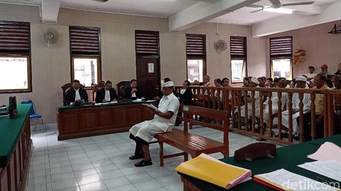 Foto: Eks Wagub Bali I Ketut Sudikerta didakwa bersama-sama Wayan Wakil dan Anak Agung Ngurah Agung melakukan penipuan terhadap bos Maspion Alim Markus. (Aditya Mardyastuti/detikcom)