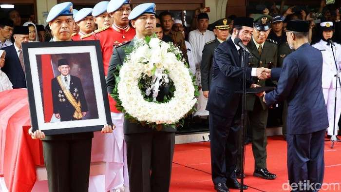 Jenazah Presiden RI ke-3, BJ Habibie, dimakamkan di TMP Kalibata. (Grandyos Zafna/detikcom)