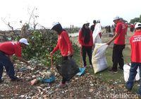 Aksi Bersih Pantai Petugas Pelabuhan Lhokseumawe