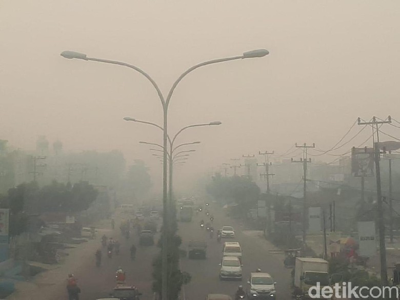Imbas Kabut Asap Karhutla, Langit di Pekanbaru Tampak Mendung