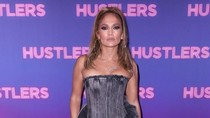 Gaya Jennifer Lopez Pakai Jeans Rp 49 Juta di Premier Film Hustlers