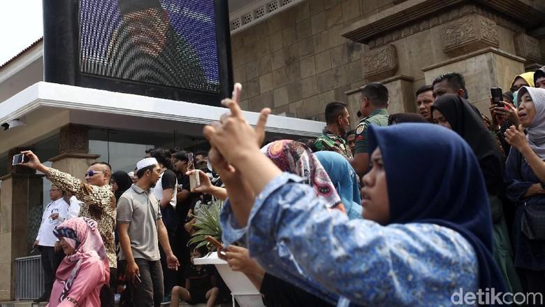 Warga Ramai-ramai Abadikan Kedatangan Jenazah BJ Habibie