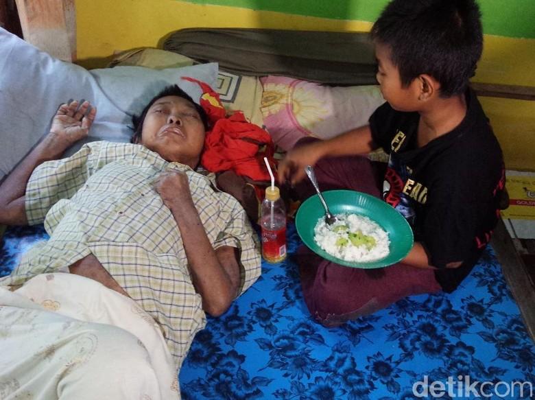 Menengok Bocah Kelas 5 SD di Jombang yang Rawat Ibunya Sakit Stroke