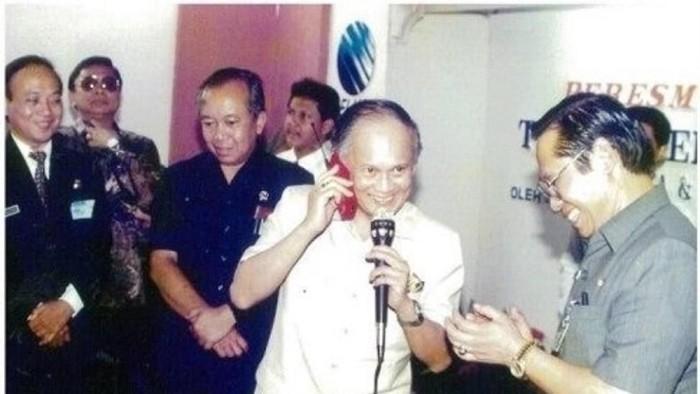 (Momen BJ Habibie dan Ponsel Siemens Merah Menyala 25 Tahun Silam). Foto: Dok. Telkomsel)