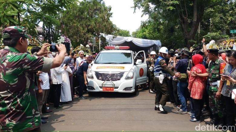 Jenazah BJ Habibie Diberangkatkan ke TMP Kalibata