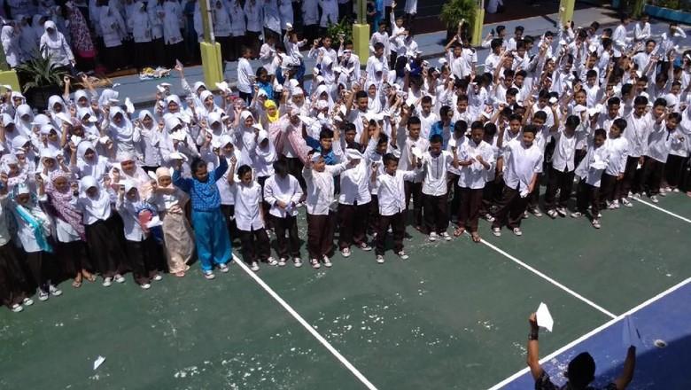 Doa untuk Habibie Terbang Bersama Pesawat Kertas Siswa SMP Banjar