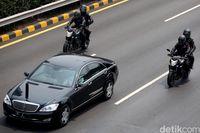 Tim Matan mengawal tepat di kiri-kanan mobil kepresidenan.