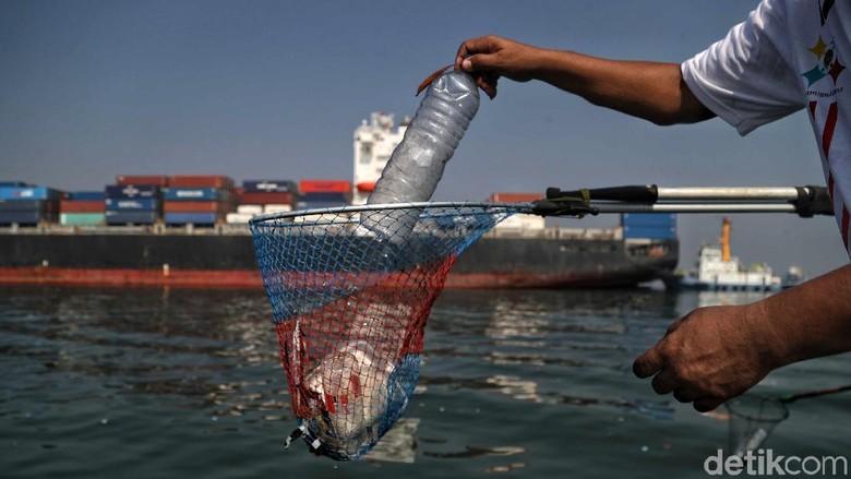 Sejumlah petugas membersihkan sampah plastik di laut kawasan Tanjung Priok. Hal itu dilakukan untuk sambut Hari Perhubungan Nasional 17 September mendatang.