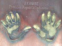 Tapak tangan BJ Habibie di Taman Pintar Yogya (Usman Hadi/detikcom)