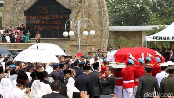 Selain makam para Jenderal dan korban yang gugur di tragedi G30SPKI, Taman Makam Pahlawan Kalibata juga menjadi rumah terakhir bagi banyak tokoh bangsa. Sebut saja Presiden Habibie beserta istri hingga mendiang Ani Yudhoyono (Rifkianto Nugroho/detikcom)