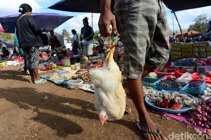 Sejumlah warga nampak hilir mudik beraktivitas di Pasar Busalangga yang berad di Kecamatan Rote Barat Laut, Rote Ndao, Nusa Tenggara Timur (NTT).