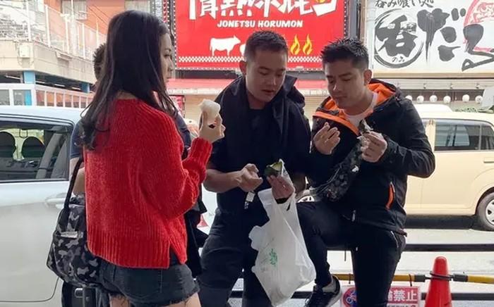 Momen yang satu ini memperlihatkan kekompakkan antara Boy William dan adiknya Raymond Hartanto menikmati es krim cone saat berlibur ke luar negeri. Foto : Instagram @boywilliam17