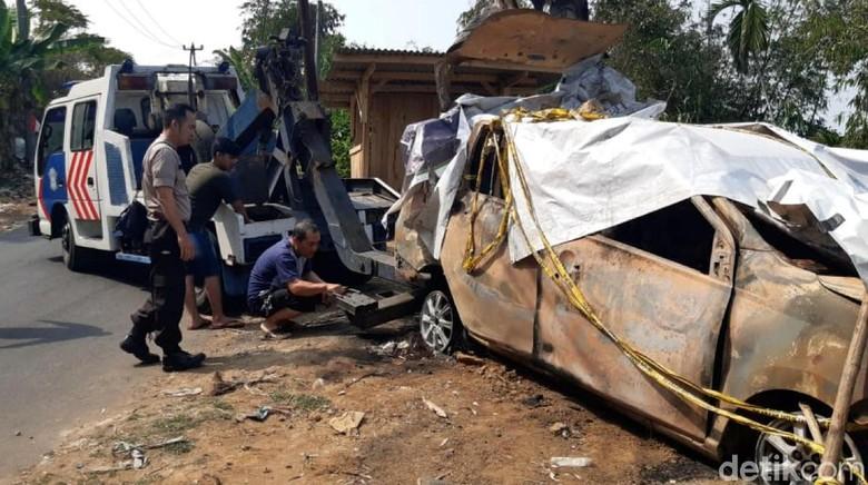 Bangkai Mobil Tempat Jasad Pupung dan Dana Dibakar Dievakuasi